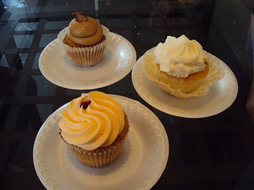 bliss cupcake cafe fayettville arkansas lady marmalade lemon pie and peanut butter cup cupcakes